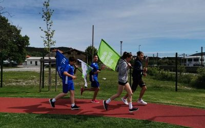 Olimpijska bakla v rokah učencev OŠ Hrpelje